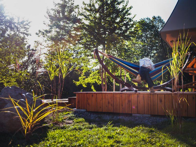 citanie-knihy-na-terase